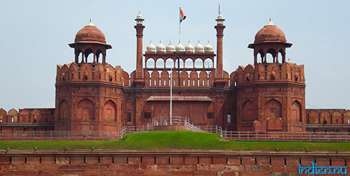 Indiska flaggan ovanför Red Fort i Delhi